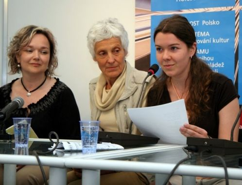 The Queens of Blackberries and Tears - poetry reading, Book World Prague, May 2010 (photo: Klara Smilkova)